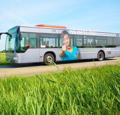 Bus fährt über Land