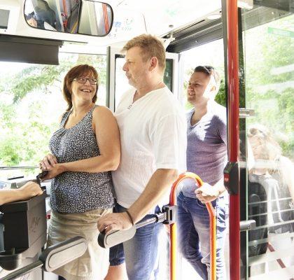 Fahrgäste beim Einsteig in den Bus