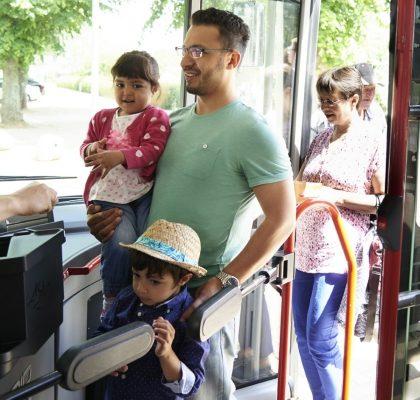 Fahrgäste beim Einstieg in den Bus