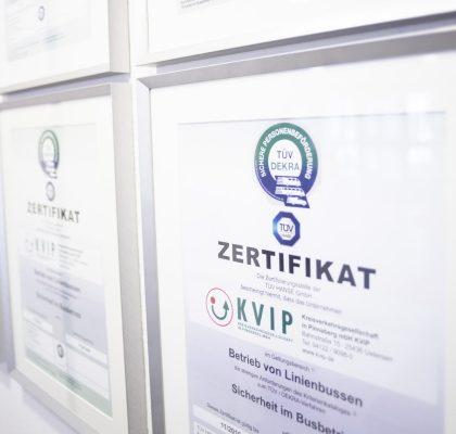Zertifikat hängt an der Wand